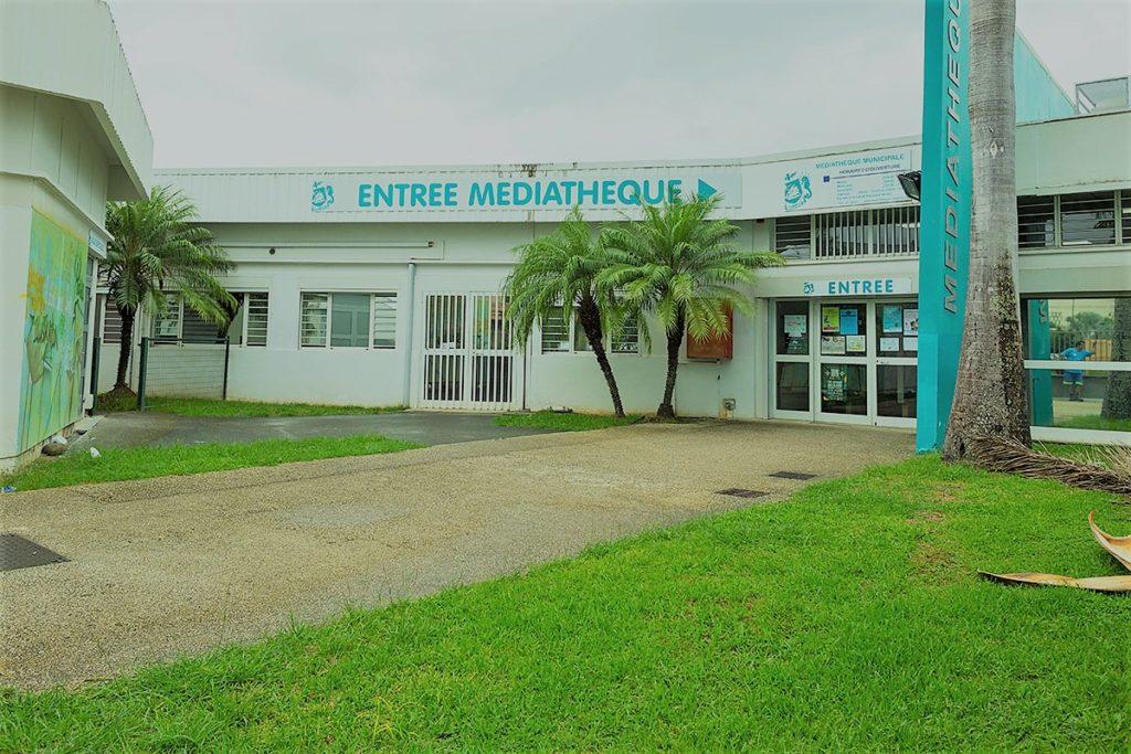 L'entrée principale de la médiathèque.