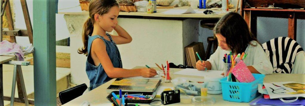 L'intérieur du bâtiment. Un groupe d'enfants dessinent.
